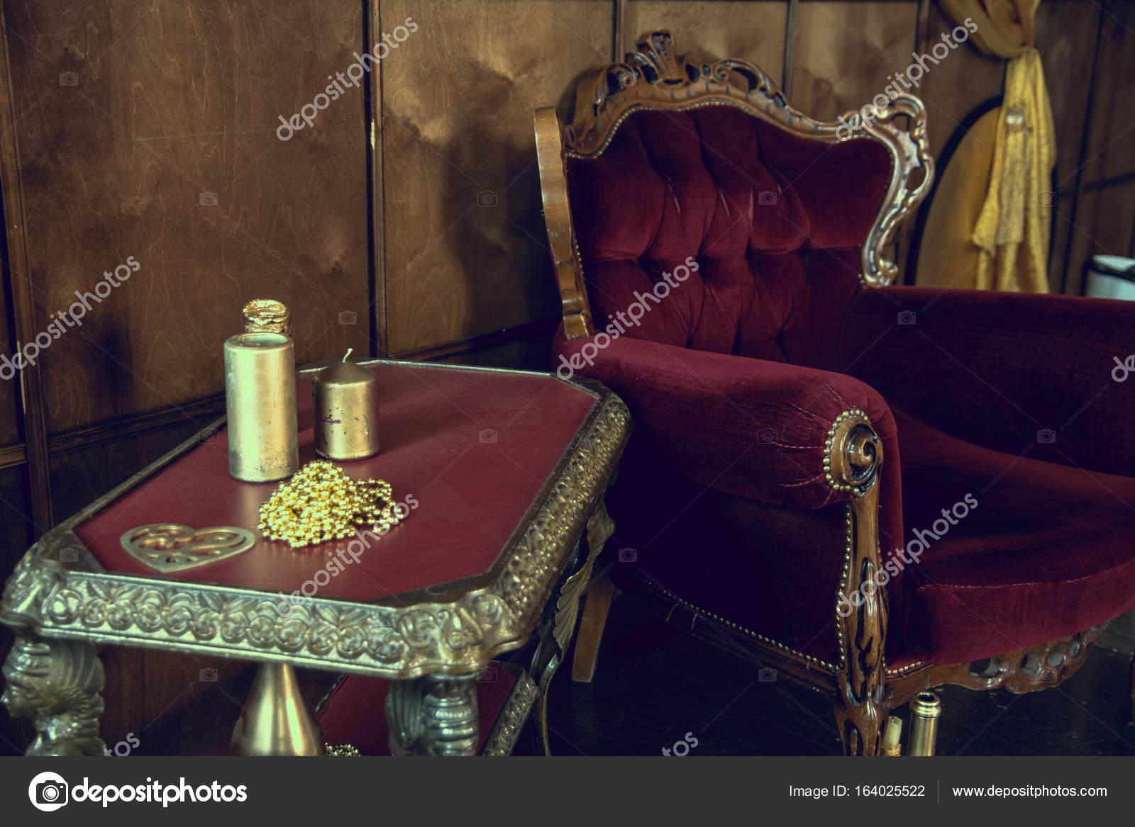Exceptional Alte Rote Möbel Im Zimmer U2014 Stockfoto