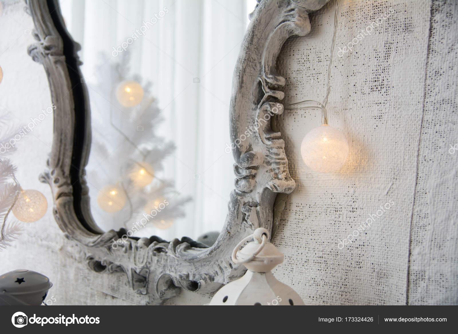 Espejo en un marco antiguo y un árbol de Navidad blanco — Foto de ...