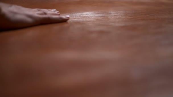 Řemeslník dotýká velký kus kůže na pomalý pohyb stolu