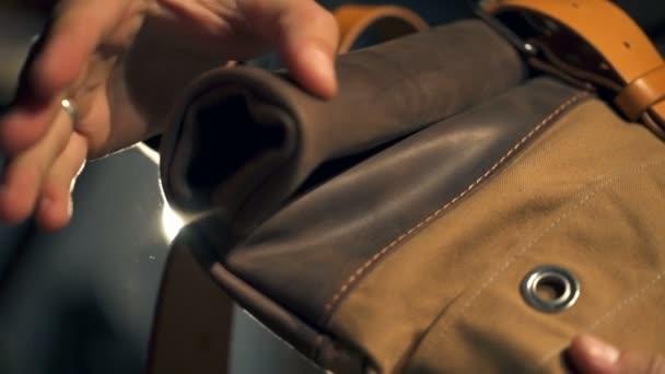 godere di un prezzo economico ampia selezione di design amazon Un uomo che controlla una nuova borsa in pelle con cintura in pelle e un  primo piano di fibbia in metallo