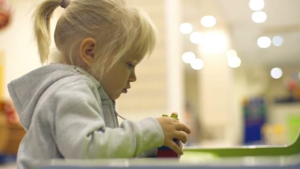 Roztomilá holčička má různé lego kostky od zpomalené kit