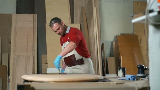 Tesař, pomalu Malování tabulka s černým barvivem zpomalené workshop