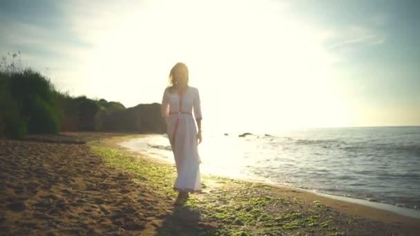 Femality egészségügyi romantikus szabad nő séta homokos strand mosoly silhouette lassított