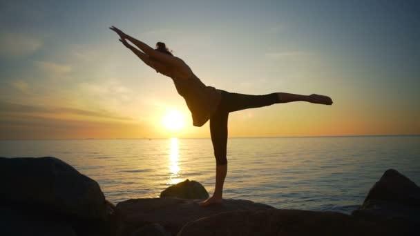 Zdravá krásná mladá dívka praxe jógy ásany moře pobřeží sunrise Zpomalený pohyb