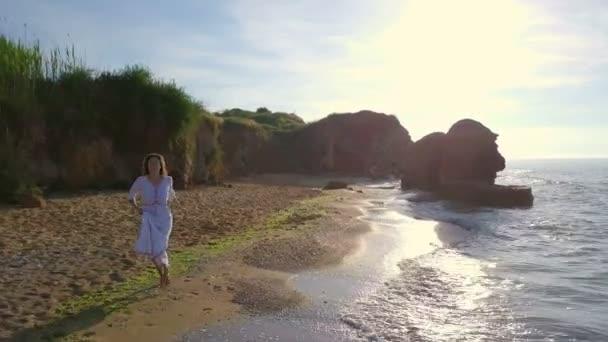 Ženské krásné romantické šťastná žena spustit pláži vlny moře sunrise dron  záběry– stock záběr d55e1e11759