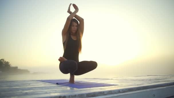 žena slim černé oblečení lotus meditovat jóga pozice sunrise mlha rychlý Zpomalený pohyb