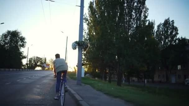 Mladá vejde chlapec na kole na prázdné silnici sunrise Zpomalený pohyb rychlý