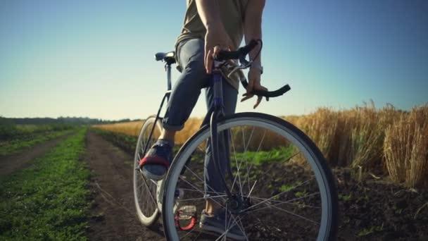 Boy zůstat s jeho kolo pšeničné pole a začneš jezdit západu slunce Zpomalený pohyb rychlý