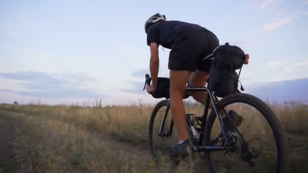 Silné cyklista černý oblek ride kolo valley road sunrise Zpomalený pohyb rychlý
