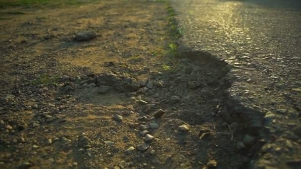 Detailní záběr jízda cyklistů z asfaltu na zem kolo rapid zpomalené