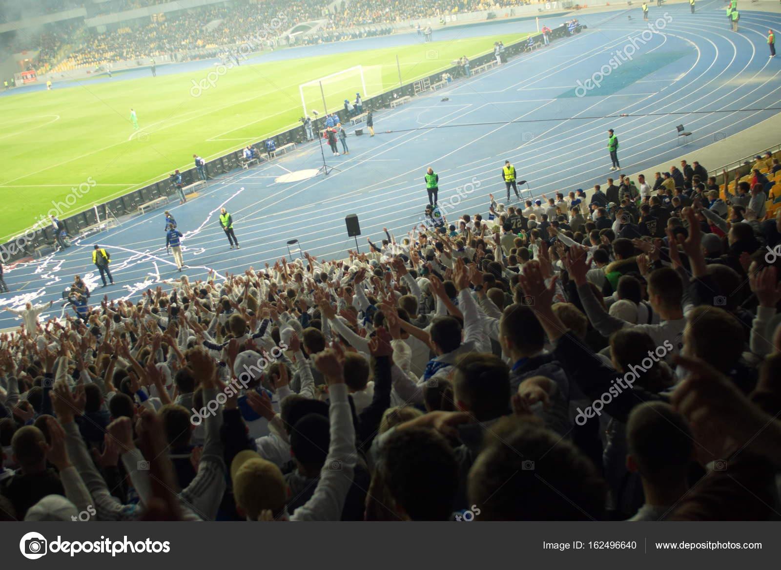 Fussball Fussball Fans Ihr Team Unterstutzen Und Ziel In