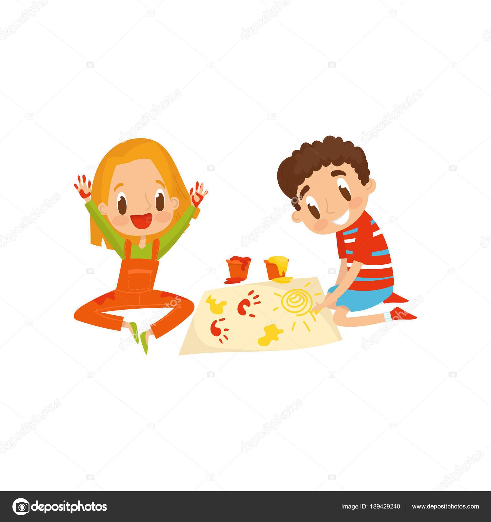 Lindo pequeño niño y una niña sentada en el piso y pintura con huellas de  colores 8aa95387f48