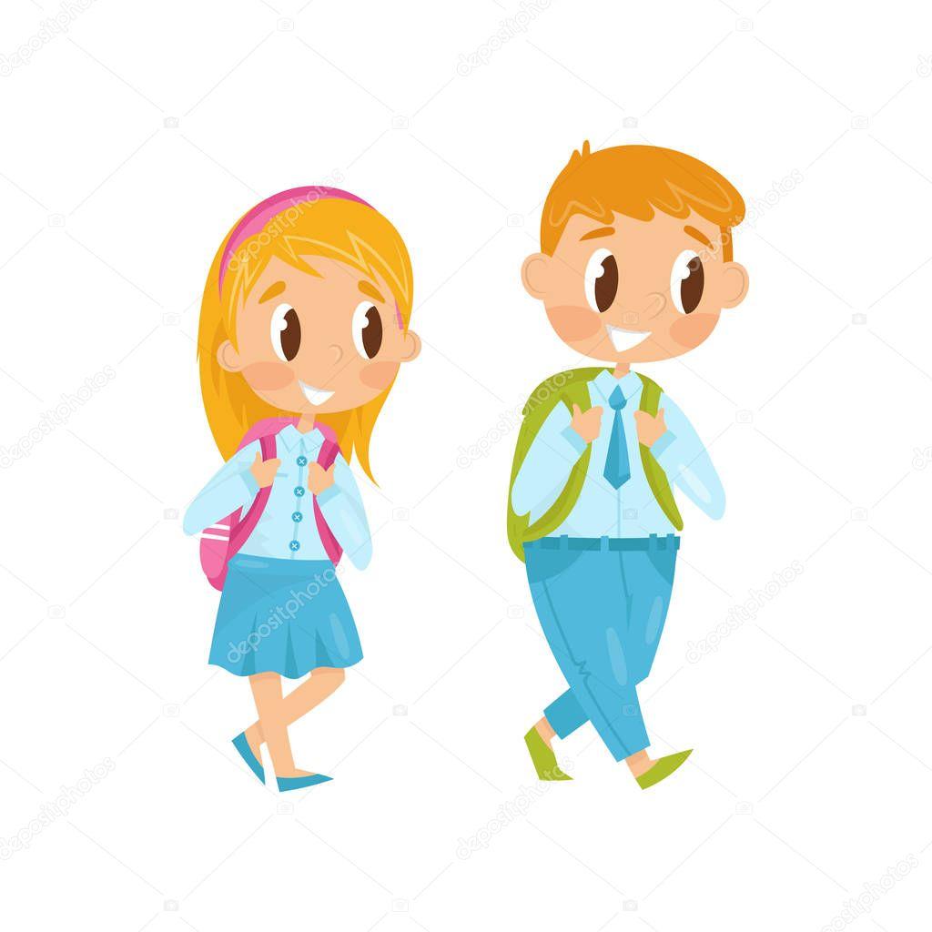 697c5db425 Μικρό αγόρι και κορίτσι περπατώντας στην μελέτη. Πρώτη μέρα στο σχολείο. Τα  παιδιά στην επίσημη ρούχα με Σακίδια στους ώμους. Επίπεδη διανυσματική  σχεδίαση ...