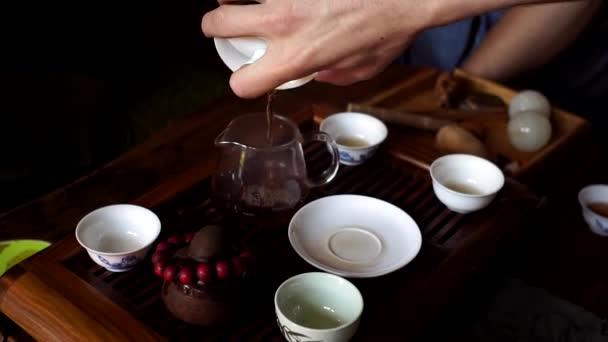 Vaření čínského čaje na čajové desce. Čajový obřad detailní