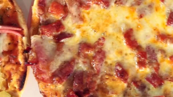 Čerstvě upečená Pepperoni Pizza. Cheesy Pizza plátek pozadí. Hot Pizza plátek s tavícím sýrem. Pozadí jídla. Obrázek pro šablony, plakáty, banner.