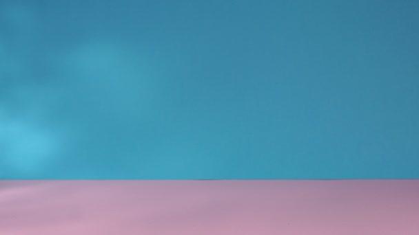 Nákupní košík plná sbírka nákupního času. E-Commerce, nakupování dárků. na modrém, růžovém pozadí.