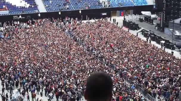 nagy tömeg a stadionban, focirajongók. Foci állványok, sok ember. egy Csomagolt stadion egy rock koncert előtt