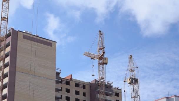 Stavět budovy. Stavební proces na střeše a mraky na modré obloze.