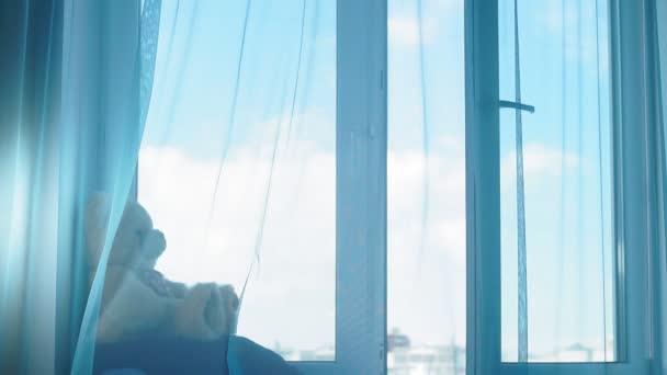 Závěsy foukající stín v dopoledních hodinách na okně mají vítr jemně používat jako pozadí