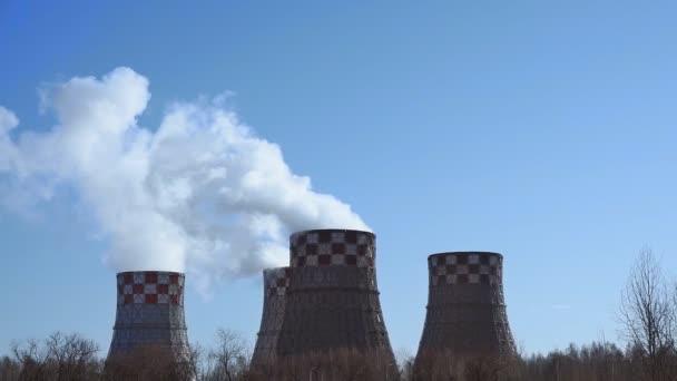 Die Rohre des Heizkraftwerks sind eine Art Wärmekraftwerk. Rauch aus Rohren, Energieerzeugung