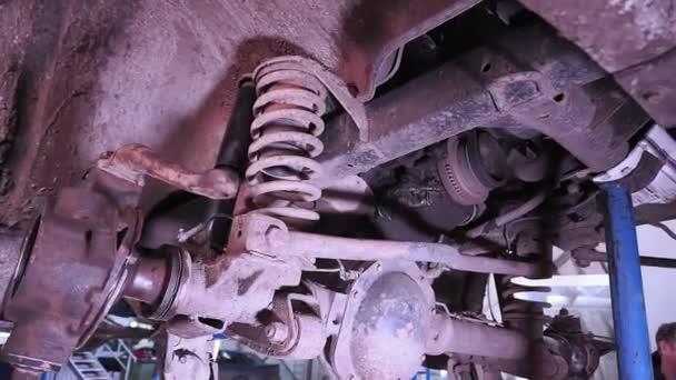 rozebrané auto v autoopravně, výměna kol