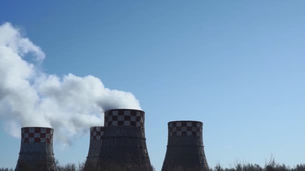 Pfeife vor strahlend blauem Himmel. Der Rauch aus dem Schornstein eines Kraftwerks. Das Rauchen einer Pfeife von Heizwerken, die die Stadt mit Wärme versorgen. Rauchende Schornsteine der Fabrik