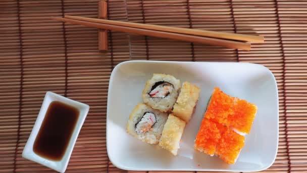 Sushi, Essstäbchen und Sojasaucenschale. Hintergrund mit Platz für Ihren Text. Draufsicht flach gelegt