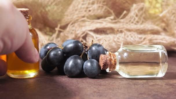 Egy üveg aromaolaj, mogyoró. Organikus kozmetikai termékek készlete, szelektív fókusz. Szám