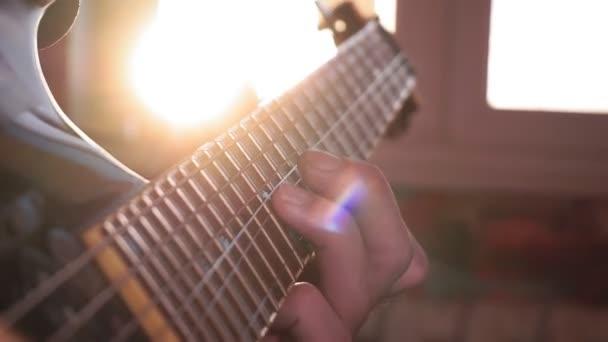 gitár közelkép, egy felvétel stúdió, egy dob készlet a háttérben.
