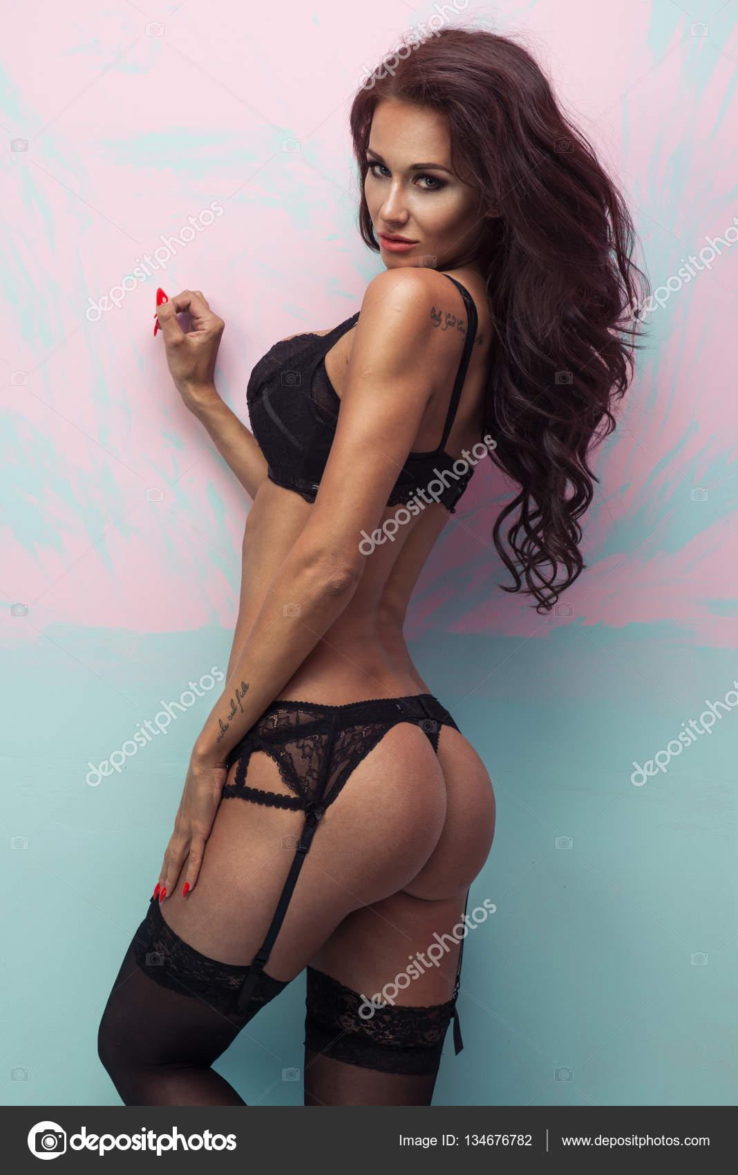 49b75f087 Hermosa mujer joven seductora en lencería sexy sobre fondo pastel — Foto de  Stock