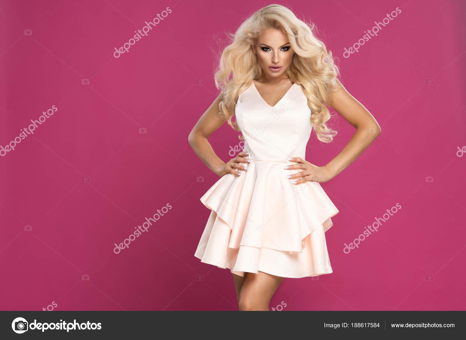 f6bcb6a6c4cd Krása Blondýna Žena Nosit Růžové Šaty Růžové Zeď — Stock Fotografie ...