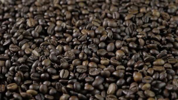 Kávová zrna. Ruce po celém kávová zrna. Dámské ruce dotknout kávová zrna. 4k
