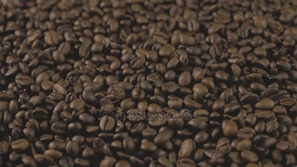 Kávová zrna. Ruce po celém kávová zrna. Kvalita zrna pražené v kávě létat. 4k