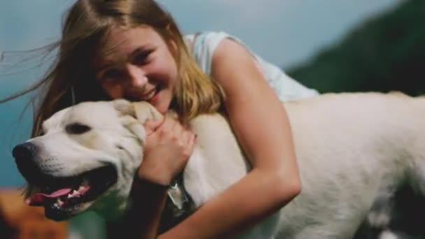 Ein Teenager-Mädchen spielt mit ihrem Lieblingshund im Park. Er ist ein treuer Freund des Menschen.