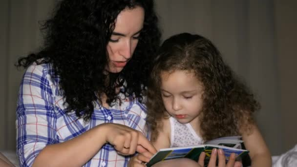 Anya, és egy gyönyörű kislánya, szól egy csavar a mesében az éjszakát, belevetette magát a cselekmény a történet. 4k