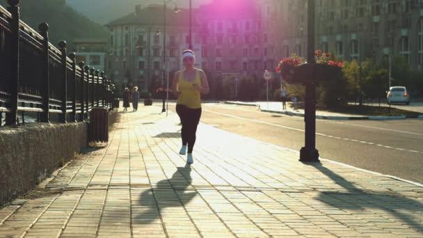Žena běžec běží, běží v parku.