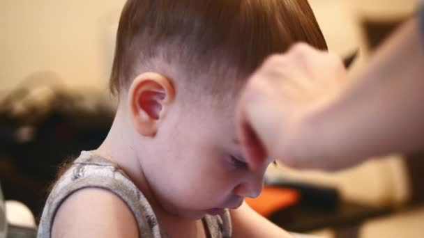 Kind Frisur Friseur Arbeitet Mit Kleinen Jungen Im Barbershop Stylist Kammen Haare Kind Mann Der Haarschnitt Fur Kleinen Jungen Kind Die Haare Schneiden Kinder Haarschnitt