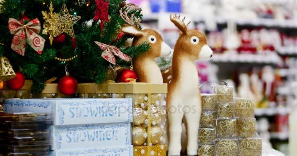Vánoční dekorace na stromeček s vánoční osvětlení. Dekorace na vánoční stromeček s míčem, luky, hvězdičky a slavnostní vánoční soby. Vánoční a novoroční výzdobu. 4k