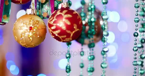 Vánoční dekorace na stromeček s vánoční osvětlení. Dekorace na vánoční stromeček s míčem, luky, hvězdičky a slavnostní. Vánoční a novoroční výzdobu. 4k