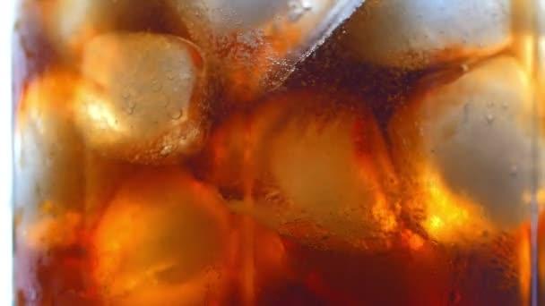 Kóla, jég kocka háttér. Kóla, jég és buborékok az üveg. Vértes szóda. Élelmiszer-háttér. Állomány teljes Hd videó felvétel 4k