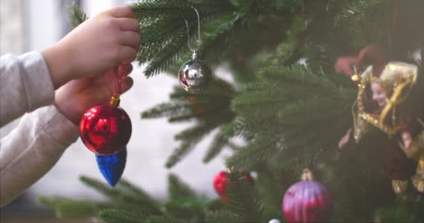 Závěsné vánoční dekorace na stromeček s vánoční osvětlení. Dekorace na vánoční stromeček s míčem. 4k