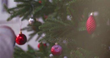 open haard versieren met kerst decor en ornamenten — Stockvideo ...
