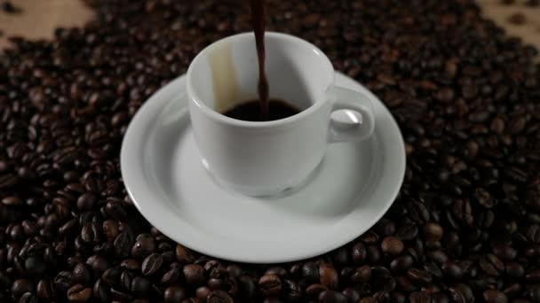 Zpomalené kávy nalít.