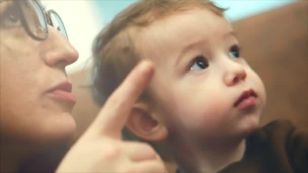 všechny video o mamince a synovi