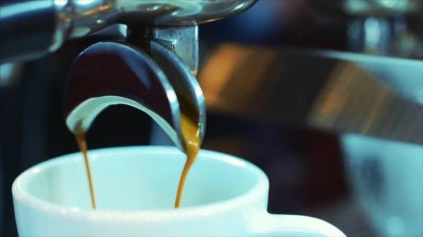 Příprava kávy espresso. Stopáže
