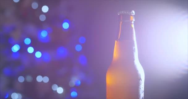 Egy pohár pezsgő vagy sör egy pohárban a háttérben a nyaralás vagy újévi fények, egy gyönyörű háttér friss sör, hideg világos sör egy pohár vízzel cseppek. Frissesség és hab. 4k