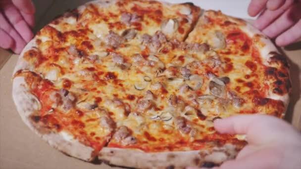 Dospělí a děti Lidské ruce členů rodiny zvedají kousky horké chutné italské pizzy z otevřeného boxu, koncept občerstvení, donáška jídla na korontinu, společně se najíst