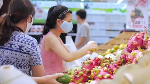 Starší mladí lidé, ženy a muži, staří lidé a maskované děti proti pandemii asijsko-evropského vzhledu v supermarketech masivně nakupují.Provincie Han Hoa, Vietnam 20. dubna 2020.Covid-19