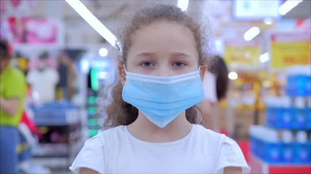 Nettes kleines Mädchen aus einer Epidemie von Coronaviren oder Viren blickt in die Kamera inmitten maskierter Menschen aus dem Virus, die in Panik einkaufen. Corontin, Isolation von Menschen.