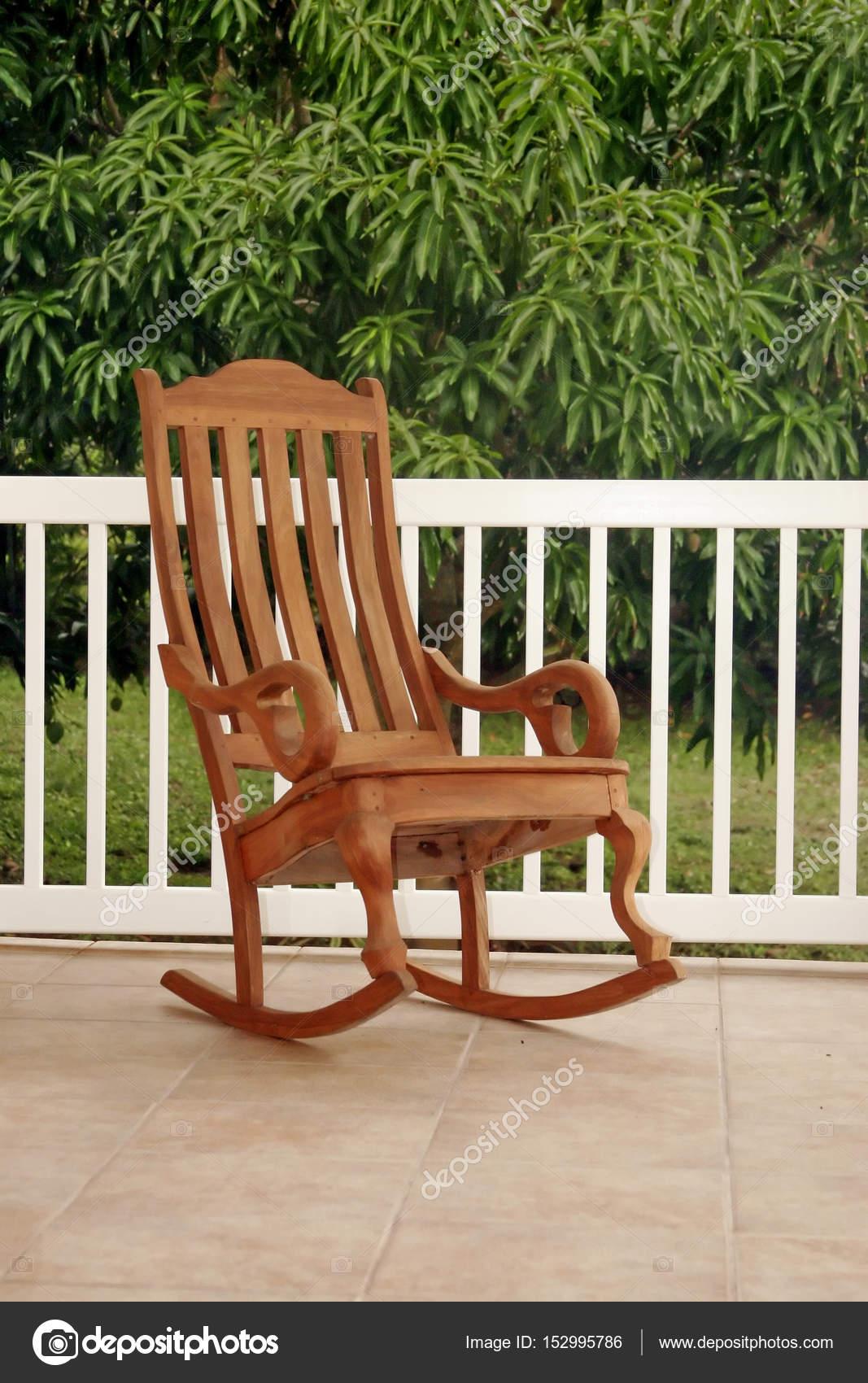 Sedia a dondolo in legno sul portico foto stock for Sedia a dondolo verde